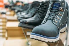 Chaussures sur l'étagère dans le magasin Images libres de droits