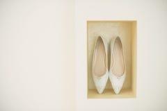 Chaussures sur l'étagère dans le mur Image stock