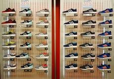 Chaussures sur l'affichage Étagères avec beaucoup d'espadrilles Photographie stock