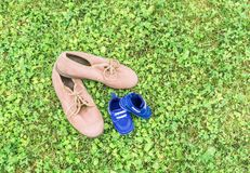 Chaussures sur l'herbe Photos stock
