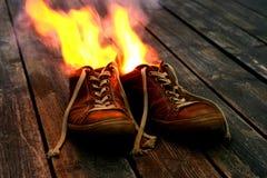 Chaussures sur l'incendie Image libre de droits
