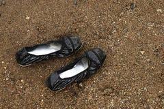 Chaussures sur la plage Photos libres de droits