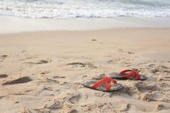 Chaussures sur la plage Photos stock