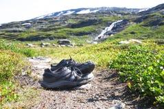 Chaussures sur le chemin de trekking en Norvège, beau paysage de région sauvage images libres de droits