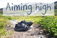 Chaussures sur le chemin de trekking, texte visant haut images libres de droits