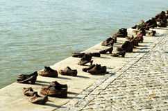 Chaussures sur le Danube images stock