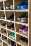 Chaussures sur une étagère Photographie stock