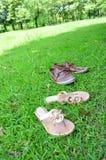 Chaussures sur une herbe Images libres de droits