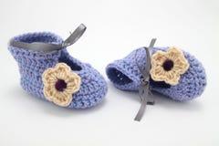 Chaussures tricotées de laine pour les enfants en bas âge Photographie stock