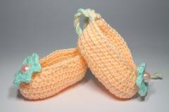 Chaussures tricotées de laine pour les enfants en bas âge Image stock