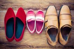 Chaussures, trois paires de papa, maman, fils - le concept de la famille photos stock