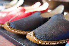 Chaussures turques de style ancien dans un bazar photographie stock
