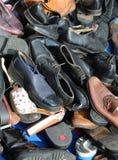 Chaussures utilisées à vendre sur le marché aux puces Photos libres de droits