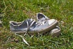 Chaussures utilisées dans le pré Photo stock