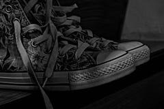 Chaussures utilisées noires et blanches Photographie stock libre de droits