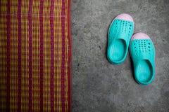 Chaussures vertes d'enfant sur l'au sol de ciment Photos stock