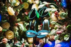 Chaussures vertes dans l'arbre, la neige et les décorations de Noël photographie stock