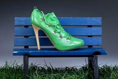 Chaussures vertes de stylet de talon haut Images stock