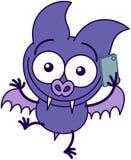 Chauve-souris pourpre parlant sur un smartphone Photos stock