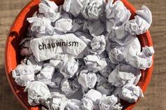 Chauvism écrit par papier chiffonné à l'intérieur de la poubelle Bille de papier Photos libres de droits