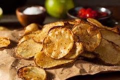 Chaux épicée faite maison et pommes chips cuites au four par poivre photos libres de droits