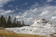 Chaux blanche de geyser de château avec le ciel bleu profond, Yellowstone, Wyoming Image libre de droits