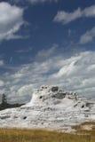 Chaux blanche de geyser de château avec le ciel bleu profond, Yellowstone, Wyoming Photographie stock