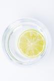 Chaux dans un verre de l'eau Images stock