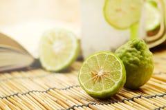 Chaux de Kaffir ainsi, boisson fraîche de soude de bergamote, herbe de tradition de la Thaïlande pour le traitement du reflux aci photos stock