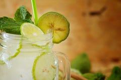 Chaux de Kaffir ainsi, boisson fraîche de soude de bergamote, herbe de tradition de la Thaïlande pour le traitement du reflux aci images stock