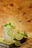 Chaux de Kaffir ainsi, boisson fraîche de soude de bergamote, herbe de tradition de la Thaïlande pour le traitement du reflux aci photographie stock
