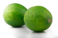Chaux fraîche de citron d'isolement sur le blanc photos stock