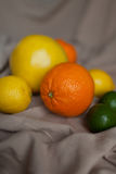 Chaux orange de citron sur la table images stock