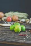Chaux sur la table en bois Image stock