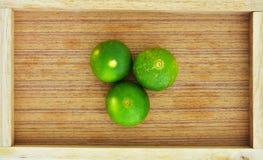 Chaux verte dans la boîte en bois Photos libres de droits