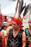 Chaval joven de Murut en su traje tradicional del guerrero Imagen de archivo libre de regalías