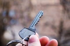 Chave Chave à disposição Fotografia para Web site sobre a venda dos apartamentos e das casas, bens imobiliários Geleia nova foto de stock