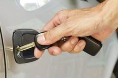A chave à disposicão está travando a porta Fotografia de Stock Royalty Free