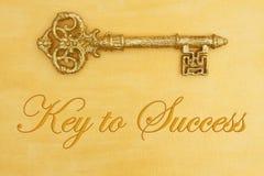 Chave à mensagem de sucesso com ouro afligido pintado à mão com chave dourada imagens de stock