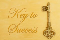 Chave à mensagem de sucesso com ouro afligido pintado à mão com chave dourada imagem de stock
