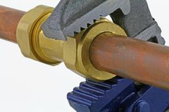 Chave ajustável do ` s do encanador que aperta acima a tubagem de cobre Fotos de Stock