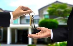 A chave da casa cede a novo o proprietário de casa Fotos de Stock Royalty Free