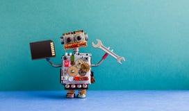 Chave da mão do cartão flash da memória do trabalhador manual do robô Conceito de manutenção da fixação O brinquedo criativo do p foto de stock royalty free