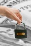Chave da mão e do carro isolada no fundo branco Fotografia de Stock Royalty Free