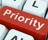A chave da prioridade significa a maior importância ou a primazia imagens de stock royalty free