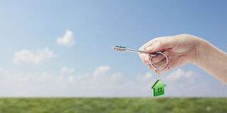 Chave da terra arrendada da mão com um keychain Imagem de Stock Royalty Free