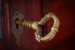 Chave de bronze bonita antiga em uma porta Foto de Stock