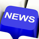 Chave de computador da notícia no azul que mostra meios e informação Imagem de Stock Royalty Free
