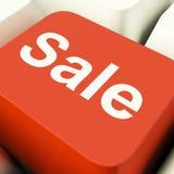 Chave de computador da venda que mostra o disconto e a redução da promoção Imagens de Stock Royalty Free