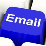 Chave de computador do email no azul para enviar por correio eletrónico ou contactar Foto de Stock